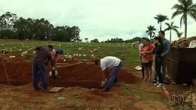 Corpo de idoso encontrado dentro de poste é enterrado em cemitério de Goiânia - Devido ao avançado estado de decomposição, não foi possível fazer velório.Dagoberto Rodrigues Filho, 68 anos, era carpinteiro e tinha problema mental.