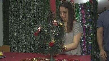 Comércio da região se prepara para o Natal - As prateleiras já estão cheias de enfeites de natal.