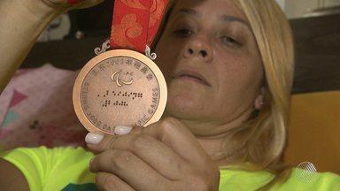 Medalhista olímpica pede ajuda para retomar tratamento contra doença degenerativa - A paratleta baiana Verônica Almeida perdeu os movimentos e a sensibilidade da cintura para baixo.