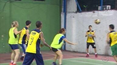 Na Zona Norte do Recife, basquete de mães contra filhos movimenta prática do esporte - A iniciativa começou pela treinadora de basquete Ceça Barros.