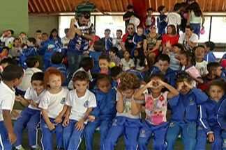 Alunos de Suzano recebem ex-jogador de vôlei Giovani Gávio - Evento marcou fechamento das atividades do Projeto Vôlei Mania.