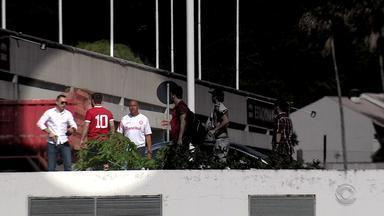 Treino do Inter tem protesto da torcida e confusão com homem armado - Torcedores demonstraram sua revolta contra o momento do clube, à beira do rebaixamento