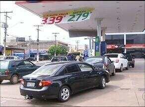 Motoristas comemoram queda no preço de combustíveis e até promoções - Motoristas comemoram queda no preço de combustíveis e até promoções