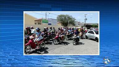 Manifestantes protestam contra insegurança em Santa Cruz do Capibaribe - Grupo caminhou até a Câmara de Vereadores do município.