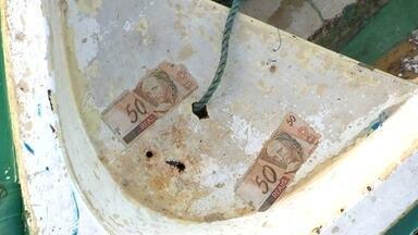 Dinheiro aparece flutuando no mar do Rio de Janeiro e intriga moradores - Já imaginou achar R$ 45 mil flutuando no mar? Parece história de pescador, mas tem um pessoal que jura que isso aconteceu.