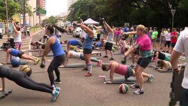 Primeiro aulão do RPC saúde reúne muita gente para fazer exercícios funcionais - A rua em frente ao Parque do Ingá se transformou numa academia ao ar livre