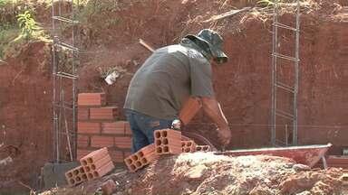 Moradores reclamam que material para construção do muro de arrimo é insuficiente - Prefeitura fez doação do material para moradores do conjunto Sonho Meu, mas segundo eles o que foi enviado não dá pra concluir a obra