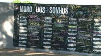 """Muro """"dos sonhos"""" intriga moradores de Cianorte - O muro foi pintado da noite pro dia e desafia moradores sobre os sonhos de cada um."""