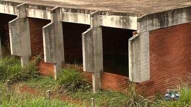 Moradores reclamam de atraso nas obras de um Cmei no Residencial Center Ville, em Goiânia - Local está tomado pelo mato e serve de abrigo para criminosos, segundo denuncia a população.