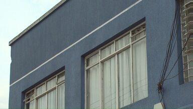 Cinco assaltantes invadiram uma casa e atingiram um homem de 55 anos - Entre os assaltantes estava um menor que morreu em confronto com a policia