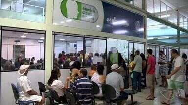 Usuários enfrentam longas filas em Farmácia Cidadã na Serra, ES - Quem precisa de atendimento, reclama ainda da falta de medicamentos.Secretaria Estadual de Saúde disse que tem conhecimento dos problemas.