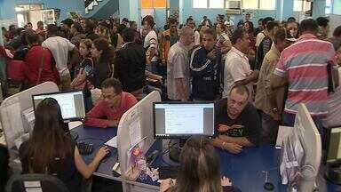 Multirão reúne milhares de pessoas que buscam por emprego em Porto Alegre - 917 vagas foram oferecidas e os salários variam entre R$800,00 e R$3.000.