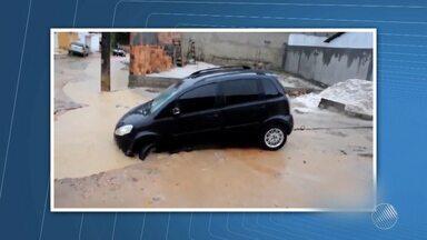 Carro cai em cratera e fica preso após fortes chuvas, no sul do estado - Acidente aconteceu em Eunápolis. Ninguém ficou ferido.