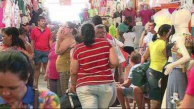 Cresce movimento nas feiras de Santa Cruz do Capibaribe - Lojistas esperam melhora com o pagamento do 13º salário.
