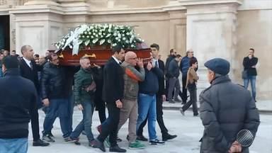 Corpo de estrangeira morta em Morro do São Paulo é enterrado na Itália - Centenas de pessoas, incluindo o prefeito da cidade, acompanharam o cortejo com o caixão pelas ruas da cidade, próximo à catedral de Dubrovnki.