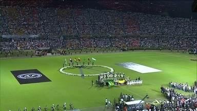 Colombianos fazem homenagem à Chapecoense no estádio, em Medellín - Cinquenta e dois mil torcedores lotaram o estádio Atanásio Girardot para a homenagem. O verde das camisas de Atlético Nacional e Chapecoense foi um só.