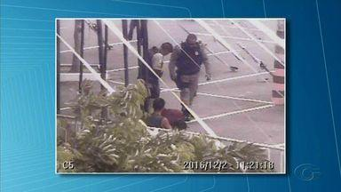 Homem reage a abordagem policial em shopping na parte alta de Maceió e morre - Segundo a polícia, o suspeito estava ameaçando consumidores com uma faca.