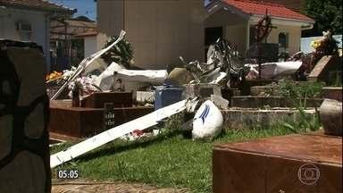 Avião de pequeno porte cai dentro de cemitério em Cruz Machado, no Paraná - O piloto morreu e um passageiro ficou ferido.