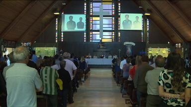 Amigos e familiares se reunem em missa de sétimo dia de Caio Júnior, Duca e Pipe - Os três foram vítimas do acidente com o avião da Chapecoense.