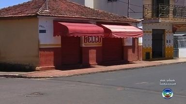 Comerciante é assassinado durante assalto em Pratânia - Um comerciante foi assassinado em Pratânia (SP) durante um assalto na noite de segunda-feira (5). Segundo a polícia, ele fechava o bar, quando foi abordado por três criminosos. Nilson Correia da Silva, de 55 anos, teria reagido ao assalto e foi atingido com um disparo na cabeça.