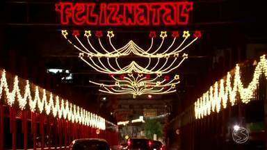 Decoração de Natal é inaugurada em ruas em Volta Redonda, RJ - São 14 pontos com, ao todo, um milhão centro e vinte mil lâmpadas de led e 500 refletores também de led, só que verdes.