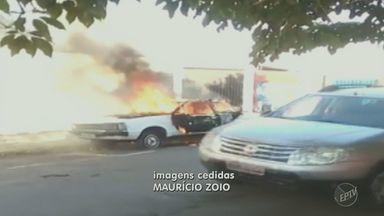 Carro pega fogo em rua do bairro Paulista, em Piracicaba - De acordo com moradores, ele estava abandonado há mais de dois meses