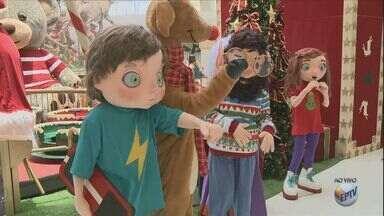 Shopping de Campinas tem surpresa no meio das compras para os clientes neste natal - Personagens especiais entram na sua frente abrindo portais.