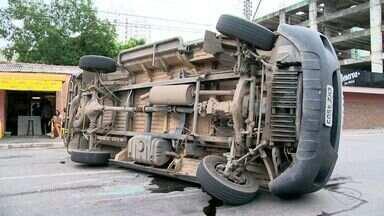 Vila Velha registra dois acidentes na manhã desta sexta-feira (9), no ES - No primeiro acidente, um carro hb20 atingiu uma caminhonete parada. O segundo envolveu uma van e um transcol.