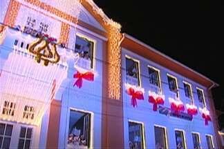 Tradicional coral em prédio histórico de Mogi se apresenta no sábado - Crianças cantam em janelas de escola particular, no Largo do Carmo, em Mogi, a partir das 20h30.