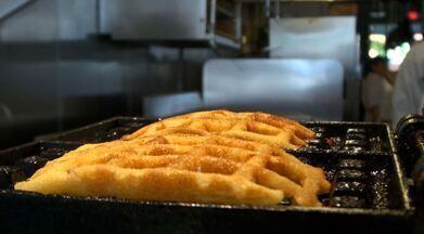 """No quadro 'Segredos da Cozinha' você confere uma receita de waffle feito com milho - Fernando Kassab traz uma série de receitas especiais diretamente de Miami, nos Estados Unidos, para o quadro """"Segredos da Cozinha"""". Como o programa não foi exibido no último sábado, devido à cobertura do velório da tragédia com o time da Chapecoense, o apresentador traz agora o primeiro prato: o pão de milho, uma reinvenção do chefe de cozinha Felipe Londoño."""