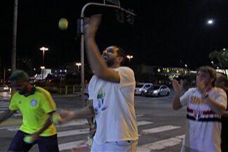 Filipin perde aposta e faz malabares no semafóro - Capitão do Mogi Basquete não acreditava no título brasileiro do Palmeiras.