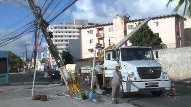 Acidente na madrugada deixa moradores da Serraria sem energia, em Maceió - Segundo testemunhas, motorista de caminhonete teria batido num poste, deixando ele parcialmente caído.