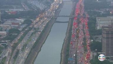 São Paulo apresenta trânsito caótico em vários pontos da cidade nesta sexta-feira (9) - Avenidas lotadas, marginais travadas, um caos no trânsito na capital.E isso tudo num dia sem grandes chuvas, sem alagamentos, acidentes. O motivo é que tem muito carro nas ruas.