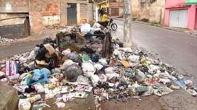 Interrupção na coleta de lixo deixa população de Ribeirão das Neves revoltada - As ruas da cidade foram tomadas por montanhas de sacos de lixo.