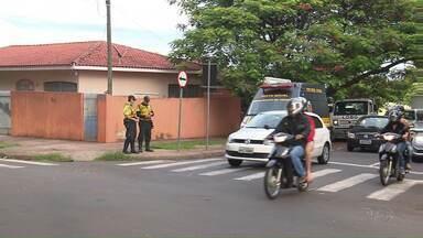 Município reforça fiscalização em cruzamento recordista de acidentes - Prefeitura também cobra mais atenção dos motoristas à sinalização