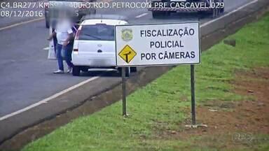 """Motorista """"estaciona"""" carro na BR-277 por quase 10 minutos e ainda faz retorno proibido - Flagrantes foram registrados pela Polícia Rodoviária Federal. Motorista foi multado em mais de R$ 700 e vai levar 18 pontos na carteira."""