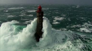 Mar na Bretanha é considerado um dos mais perigosos do mundo - Mar de Iroise registra fortes tempestades e ondas gigantescas que assombram navegadores. Por isso, tem os chamados faróis do inferno.