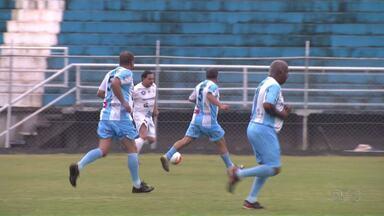 Veteranos do Londrina dão aula de futebol no VGD - Craques de quatro décadas se confraternizaram em campo, para comemorar o aniversário da cidade.