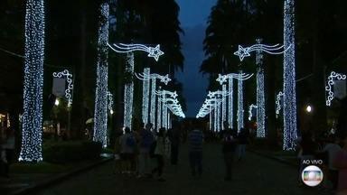 Praça da Liberdade recebe iluminação especial de Natal nesta segunda-feira - O teste das lâmpadas foi feito neste sábado (10). A expectativa é que milhares de pessoas visitem a praça partir desta segunda-feira.