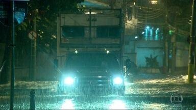 Forte chuva deixa Rio, Niterói e Duque de Caxias em estágio de atenção - A Baixada Fluminense foi bastante atingda pela chuva forte que caiu na noite de segunda-feira (12). Vários bairros de Duque de Caxias ficaram alagados. Temporal também alagou Niterói e Rio. Teto de shopping desabou durante a chuva.