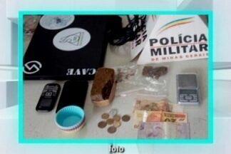 PM encontra maconha escondida em mochila em Nova Serrana - Tablete e dois pacotes da droga foram apreendidos. Dois suspeitos foram presos.