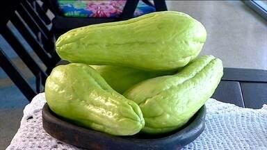 Chuchu é rico em fibras - O chuchu é rico em fibras, em água e vitamina C. O vegetal também tem bastante potássio. Um chuchu chega a ter 10% do recomendado de fibras diariamente para um indivíduo adulto.