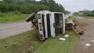 Caminhão fica com cabine destruída após acidente em São Roque - A cabine de um caminhão ficou destruída na manhã desta terça-feira (13) depois que o motorista do veículo perdeu o controle da direção em uma curva da rodovia Livio Tagliassachi, que dá acesso a Castello Branco, na saída de São Roque (SP).