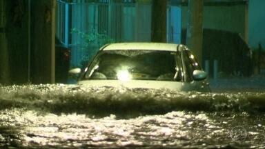 Chuva alaga ruas do Rio e da região metropolitana - Choveu forte nas zonas Norte e Oeste da capital e também em cidades como Caxias, Nova Iguaçu e São Gonçalo. O teto da praça de alimentação do shopping Nova América desabou.