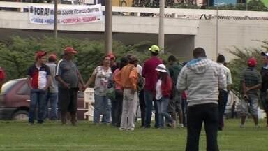 Protestos contra votação final da PEC dos gastos públicos fecham o Eixo Monumental - O esquema de policiamento da região foi reforçado, com revista de manifestantes.