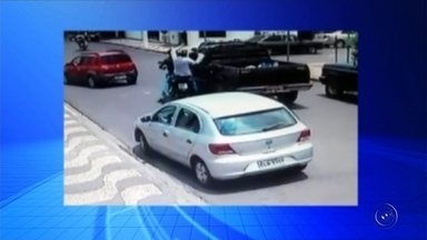Dupla rouba malote com dinheiro de empresário em Guararapes - Um empresário foi assaltado no Centro de Guararapes (SP), na segunda-feira (12), quando levava um malote com R$ 30 mil em dinheiro e cheques.