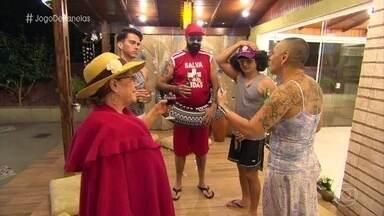 Carla recebe os convidados no 'Jogo de Panelas 21' - Casamenteira capricha na decoração para homenagear Iemanjá, a Rainha do Mar