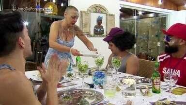 Carla serve o prato principal e a sobremesa - Casamenteira consegue salvar seu doce, depois de ter colocado sal no lugar do açúcar