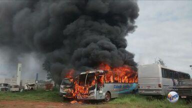 Incêndio destrói caminhão e ônibus dentro de pátio particular em Ribeirão Preto - Fogo foi controlado rapidamente pelo Corpo de Bombeiros. Ainda não se sabe o que iniciou as chamas.