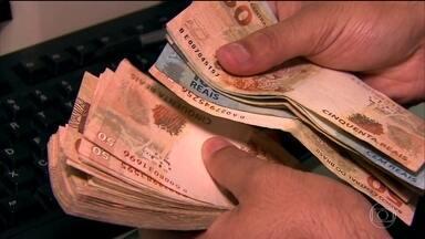 Taxa de juros no Brasil ainda é a mais alta do mundo - O consumidor sente esse peso na hora de comprar e pedir empréstimo ao banco. Com a crise financeira, os bancos não tem repassado a queda da Selic para os juros, que afetam justamente o bolso do brasileiro.